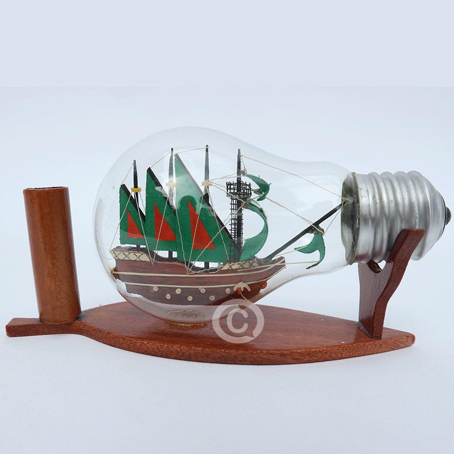 mô hình thuyền gỗ trong bóng đèn